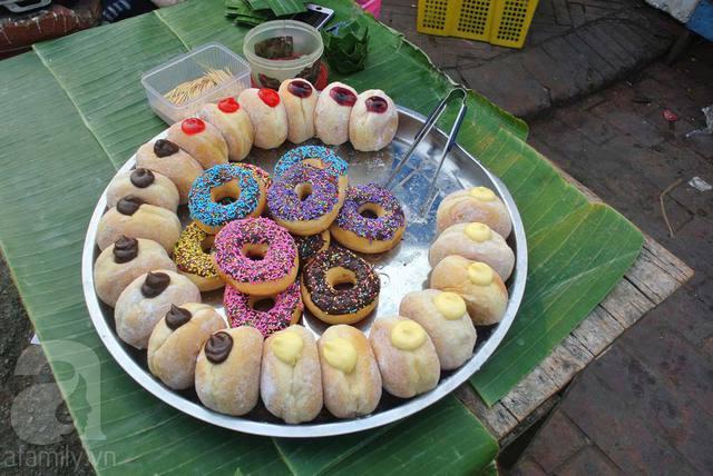 Các hàng bánh ngập tràn các loại bánh vòng, bánh xu kem, bánh ngọt đủ màu sắc.