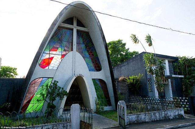 Kiến trúc cổng Parabol và kính màu độc đáo
