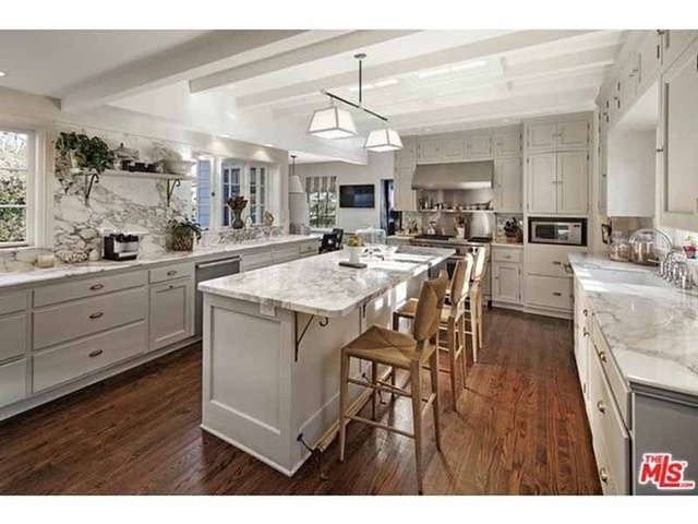 Phòng bếp được làm hoàn toàn bằng đá cẩm thạch.