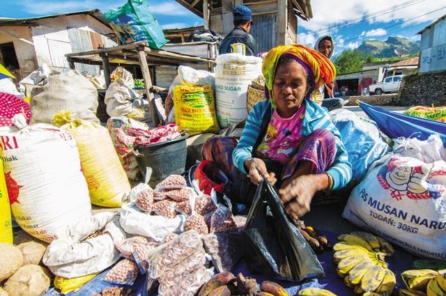 Một phụ nữ người dân tộc thiểu số bán thực phẩm tại chợ Maubisse