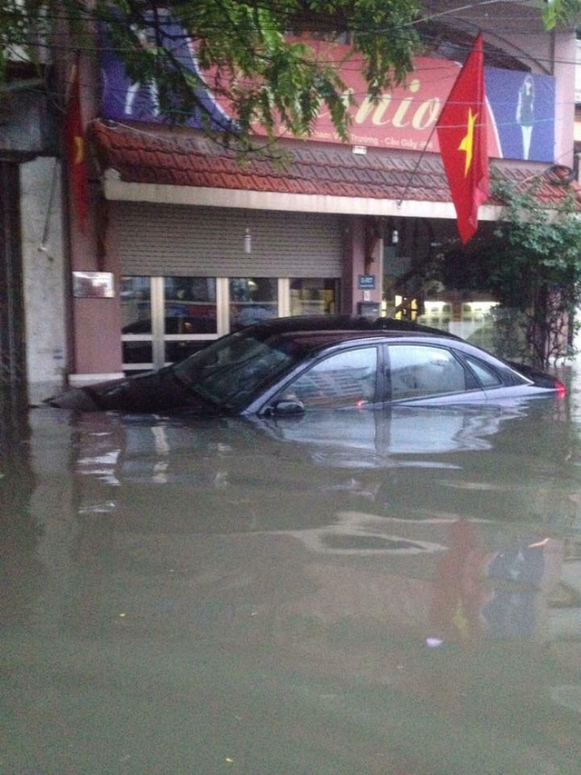 Không hiếm cảnh tượng ô tô ngâm nước trong đêm tại Hà Nội sau cơn mưa rạng sáng nay. Một chiếc ô tô bị ngập nước đến quá nắp capô tại khu vực Cầu Giấy.
