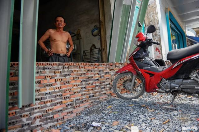 Bức tường xây chắn hết lối ra vào trước một cửa hàng