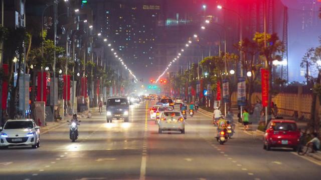 Tuyến phố trở nên lung linh hơn khi về đêm. (Ảnh: PV/Vietnam+)