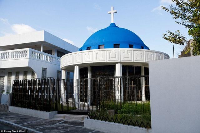 Có những ngôi mộ của các gia đình theo thiên chúa giáo cũng nằm xen lẫn trong khu nghĩa trang