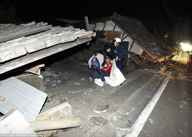 Lực lượng quân đội và các nhân viên y tế đã được huy động để cứu trợ người dân vùng bị nạn.