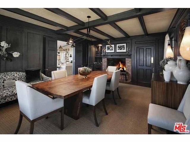 Nhưng phòng ăn chính lại được lấp đầy bằng gỗ màu xám và đen.