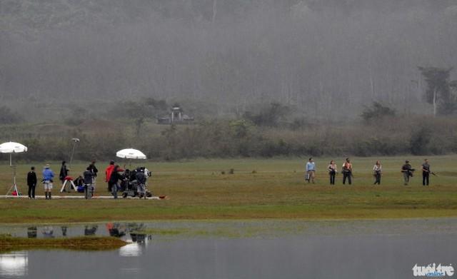 Một cảnh quay được thực hiện giữa đồng trống.