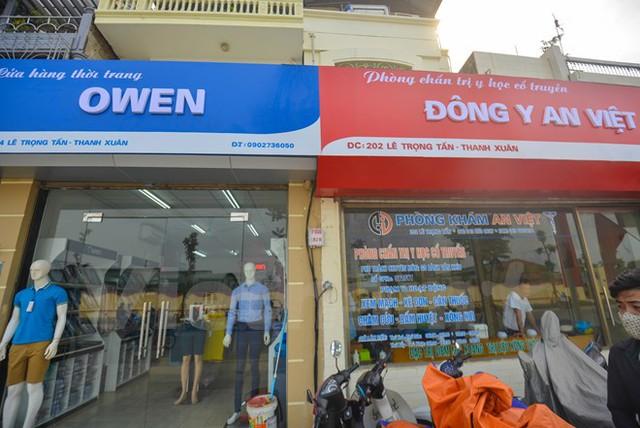 Nhiều chủ hộ kinh doanh tại đây đã kêu trời khi biển hiệu quảng cáo của cửa hàng đã phải đổi sang màu xanh – đỏ cho đồng bộ với cả tuyến phố. (Ảnh: PV/Vietnam+)