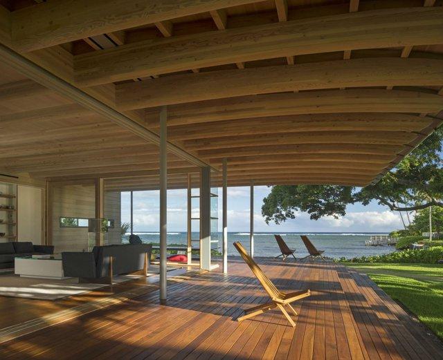 Khu lanai (Sảnh theo tiếng Hawaii) với góc nhìn đẹp mắt ra biển để chủ nhân ngôi nhà đón nguồn gió biển cũng như thư giãn bên ngoài căn nhà.