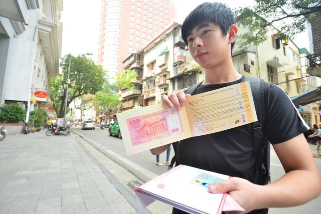 Bạn Đào Nhật Huy (sinh viên Học viện Tài chính) mua 1 tờ tiền bình thường và 4 tờ tiền folder để làm quà cho gia đình.