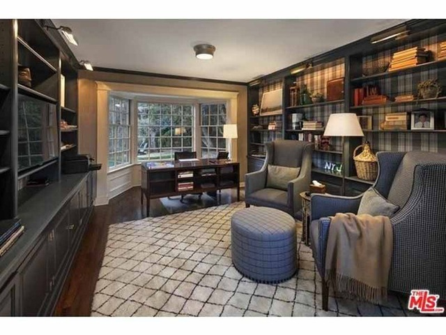 Phòng đọc sách cũng mang màu xám của gỗ.