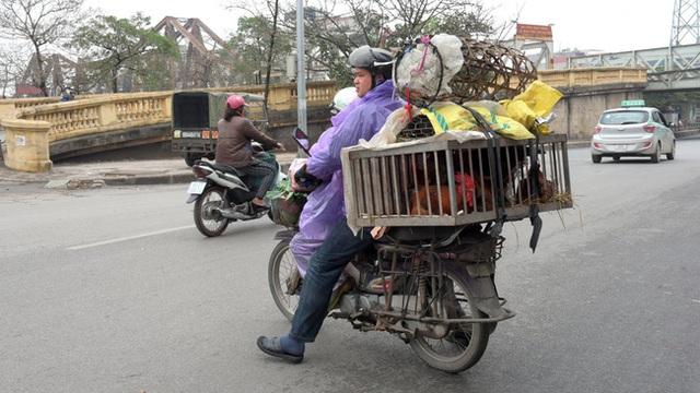 Các tiểu thương thường sử dụng xe máy, vi phạm luật giao thông.