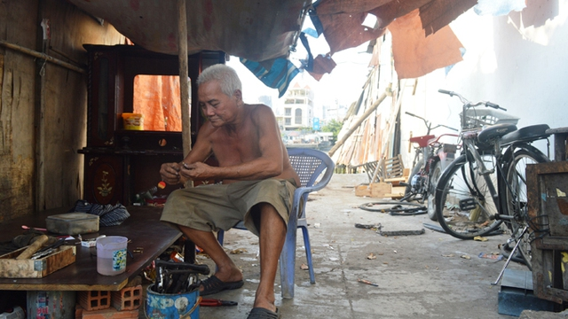 Ông Hồng cho biết, dù được tái định cư ở chung cư nhưng ông không ở mà đi thuê nhà vì dễ kiếm tiền, tiện hơn chung cư.