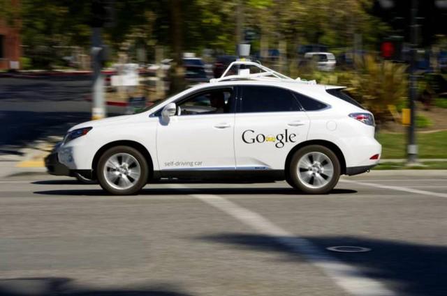 Hình ảnh thử nghiệm một mẫu xe tự lái của Google ở California. Người ngồi ở vị trí lái chỉ để đảm bảo an toàn trong những tình huống bất trắc.
