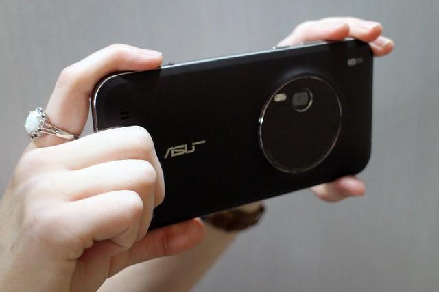 Những chiếc smartphone với camera có khả năng zoom quang học như ZenFone Zoom phải đánh đổi bằng một thân máy quá dày và nặng.