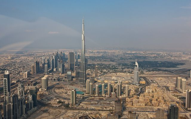 Tháp Khalifa với chiều cao nổi trội so với những tòa cao ốc xung quanh.