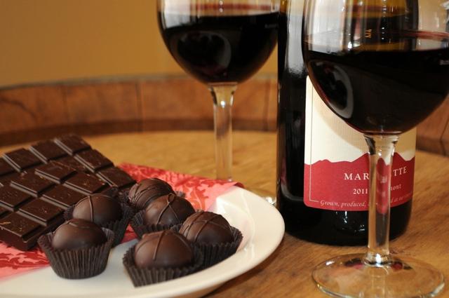Không những mang tới sự lãng mạn thường gặp trong ngày lễ tình nhân, socola cùng vang đỏ còn có thể được sử dụng giúp giảm cân.