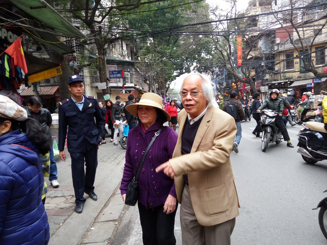 Đôi vợ chồng giá dắt nhau mua vàng ngày vía Thần Tài. Cụ bà cho biết sẽ mua vài chỉ để dành cho cô con gái sẽ cưới vào cuối năm.
