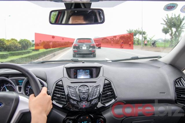 Nhìn xa hơn đuôi xe phía trước giúp người lái sẵn sàng nhanh hơn với những tình huống bất ngờ.