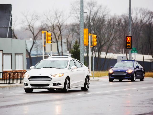 Những chiếc Ford Fusion tự lái trên đường phố.