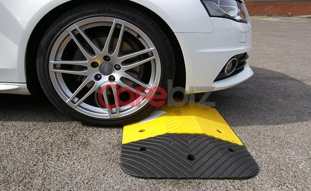 Khi lốp tiếp xúc vào những gờ nổi, phanh xe gây tổn hại rất lớn lên hệ thống treo.