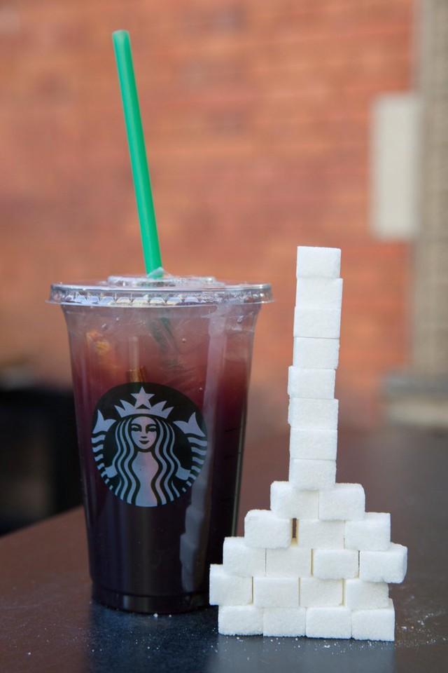 Cốc đồ uống chứa nhiều đường nhất của Starbucks - lên tới 25 thìa cà phê đường, với thành phần Nho, Trà, Cam, Quế. Ảnh: SWNS