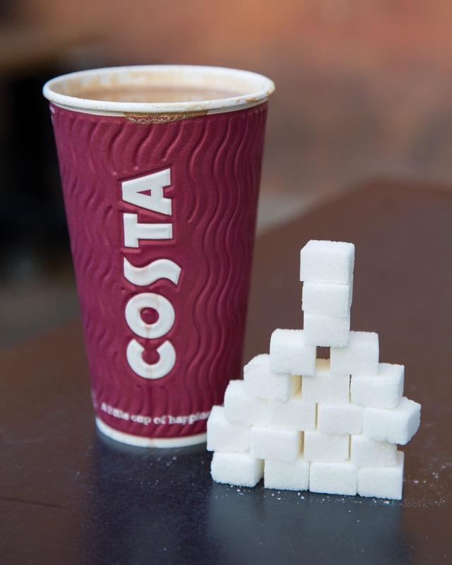 Cốc trà latte của Costa cũng chứa tới 20 thìa cà phê đường. Ảnh: SWNS