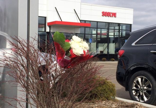 Hoa được đặt tại nơi xảy ra vụ nổ súng ngày 21 tháng 2 vừa qua tại Kalamazoo, bang Michigan.
