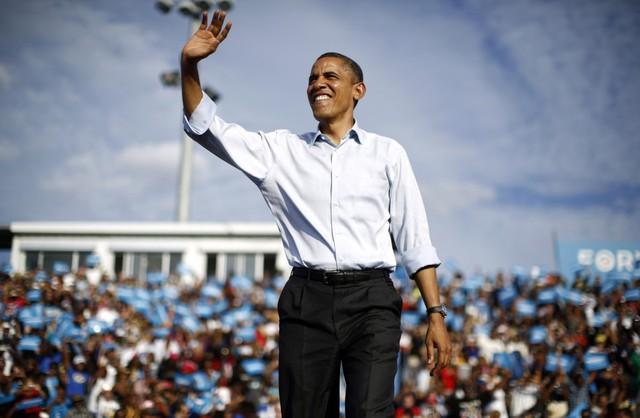 Không chỉ cà vạt thắt hờ mà sơ mi xắn tay cũng là trang phục yêu thích của ông Obama trong thời gian tranh cử!