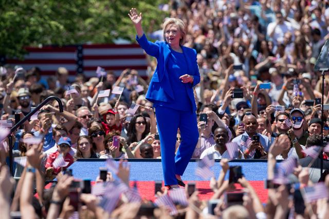 Bộ suit của Hillary Clinton trong chiến dịch vận động tranh cử năm nay là của Ralph Lauren – một thương hiệu nổi tiếng với phong cách của nhóm trường tư thục cao cấp nhất nước Mỹ. Nhưng cùng lúc, màu xanh blue lại là màu biểu tượng cho người lao động.