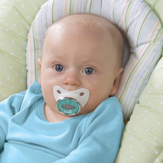 Nhìn giống hết như một chiếc núm vú bình thường, nhưng lại có tính năng đo nhiệt độ. Sản phẩm còn lưu lại lịch sử thân nhiệt của bé để bố mẹ có thể dễ dàng phát hiện ra khi bé bị ốm.