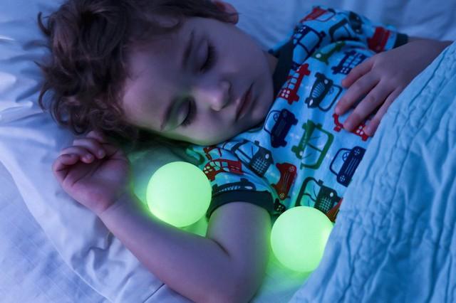 Đèn thông minh BOON Glo night light không chỉ giúp bé dễ ngủ hơn nhờ việc có thể thay đổi màu sắc như cầu vồng, giúp bé chơi một chút trước khi ngủ mà còn có thể được tách rời, giúp các em bé có thể cầm nắm ban đêm. Chiếc đèn tròn này có thể sáng tới 30 phút trước khi hết pin.