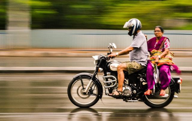 Ấn Độ là một quốc gia có lượng người tham gia giao thông bằng phương tiện hai bánh lớn, rất nhiều trong số này chưa hiểu rõ về những lợi ích mà mũ bảo hiểm mang lại.