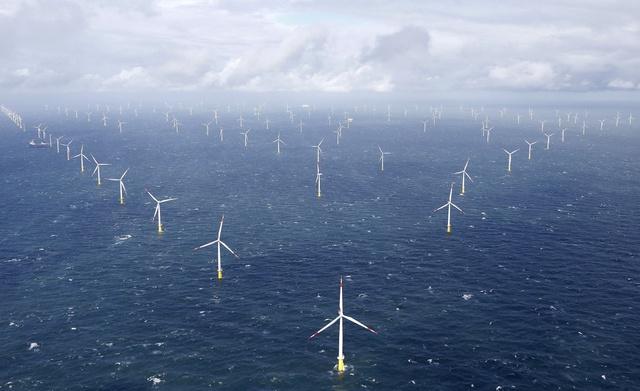 Năng lượng tái tạo như gió và mặt trời không thể cung cấp điện 24 giờ 1 ngày, 7 ngày 1 tuần vì vậy phải cần đến những tấm pin năng lượng để lưu giữ điện năng khi thừa và giải phóng khi gió lặng, hoặc thiếu đi ánh sáng mặt trời.