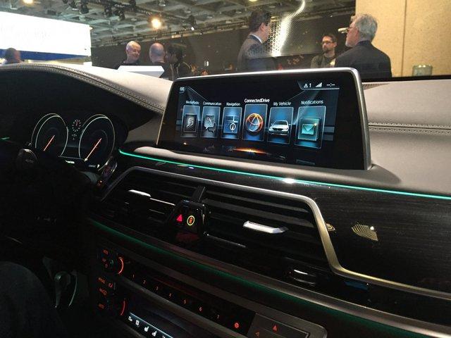 Sau đó bạn lên xe, ứng dụng tự động kết nối không dây với bảng điều khiển của BMW.