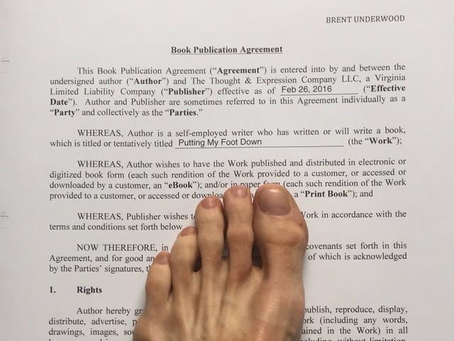 Ký hợp đồng xuất bản bằng chân