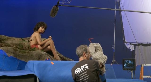 Mowgli diễn xuất cùng con rối