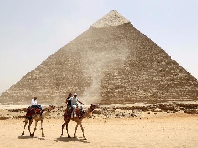 Khách du lịch bên ngoài Kim tự tháp ở Ai Cập vào năm 2015