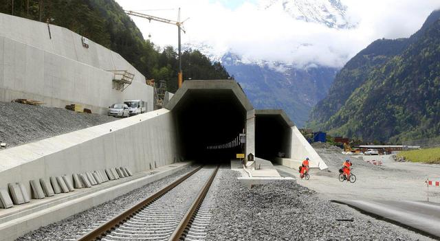 Công trình này bao gồm 2 đường hầm song song, nối hai địa danh Erstfeld và Bodio của Thụy Sĩ.