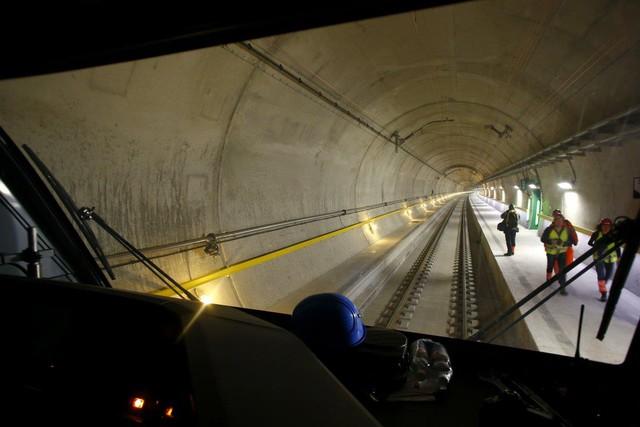 Mỗi đường hầm dài khoảng 56,3 km. Điểm sâu nhất đạt tới trên 2,4 km dưới lòng đất và nhiệt độ ở đây có thể lên đến 115 độ.