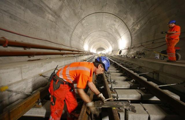 Nhờ vào 5 cửa vào (từ phía trên) đặt xuyên suốt chiều dài căn hầm, các công nhân có thể đồng thời làm việc tại các khu vực khác nhau, vì thế mà thời gian thi công đã được giảm thiểu xuống tới một nửa.