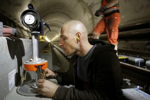 Công nhân làm việc trong hầm thực hiện nhiều công việc phức tạp khác nhau trong 17 năm liền, như việc đo đạc chính xác từng đường kẻ...