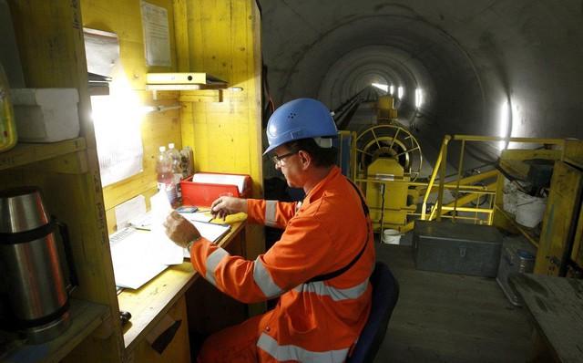 Helvetia, người giám sát xây dựng của công trình thường xuyên di chuyển dọc chiều dài của đường hầm để cung cấp vật tư và điều động nhân công.