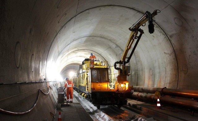 Đường kính của đường hầm xấp xỉ 9,2 m với chiều dài tổng lên đến hơn 144 km kể cả cả những trục phụ và đường hầm dịch vụ.