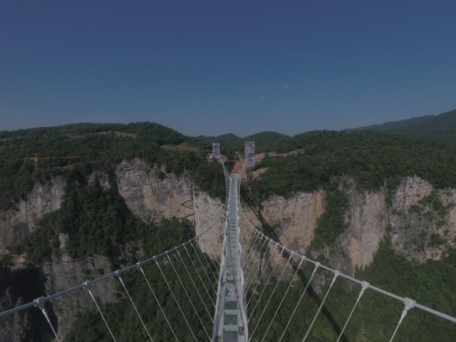 Vắt ngang qua Hẻm núi lớn Trương Gia Giới (Zhangjiajie Grand Canyon) ở tỉnh Hồ Nam, cây cầu có lối đi bằng kính cao đến 298,7m này là nơi bản nên đến một lần trong đời.