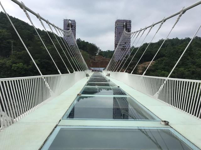 Tuy nhiên đây không phải là cây cầu thủy tinh đầu tiên tại Trung Quốc. Có 2 cây cầu khác đã được mở cửa vào năm 2015.