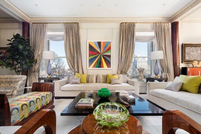 Theo tạp chí Architectural Digest, lối trang trí vừa truyền thống vừa trìu tượng, sử dụng các gam màu sáng, rực rỡ và những bức tranh theo trường phái Pop Art treo ngay ngắn trên tường nhà.
