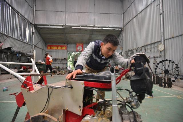 Từ một hoàn cảnh gia đình khó khăn, với niềm đam mê của mình, anh Huy đã trở thành chủ 2 xưởng sản xuất máy nông nghiệp, cho thu hàng trăm triệu mỗi năm. Ảnh: Hòa Phạm.