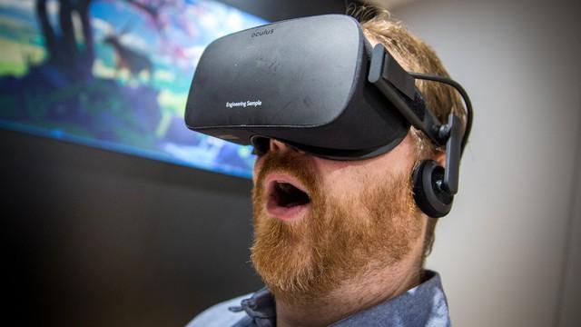 Hình ảnh người sử dụng chiếc Oculus Rift.