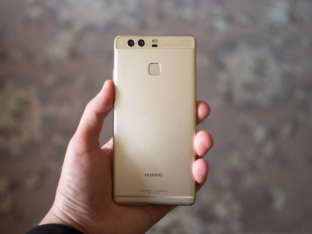 Huawei P9, chiếc smartphone của nhà sản xuất Trung Quốc mới ra mắt thị trường Việt Nam và gây được nhiều chú ý nhờ giá rẻ và những trang bị tốt như ống kính của Leica.